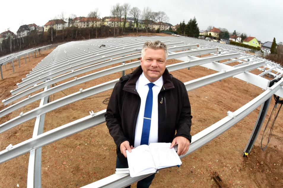Klaus Reepen inmitten des künftigen Solarfeldes an der Herwigsdorfer Straße in Zittau.