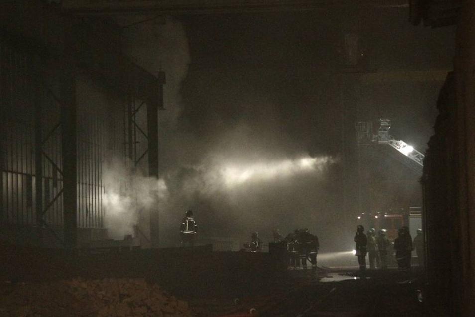 ... um einen mögliches Übergreifen des Feuer auf angrenzende Gebäude zu verhindern.