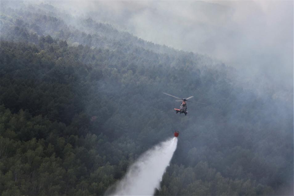 """Ein Hubschrauber der Bundespolizei vom Typ """"Super Puma"""" bei Löscharbeiten in einem Waldstück in der Lieberoser Heide."""