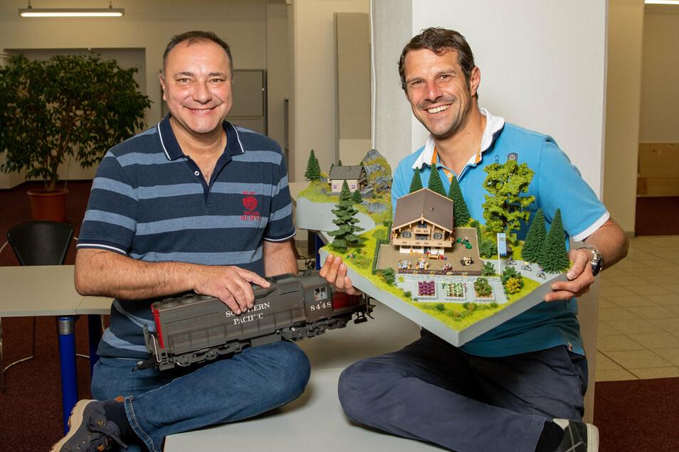 So lächeln Männer, die ihr Hobby zum Beruf machen: Die Unternehmer Michael Walldorf (li.) und Franz Bendl handeln künftig auch mit Modellbahnen.