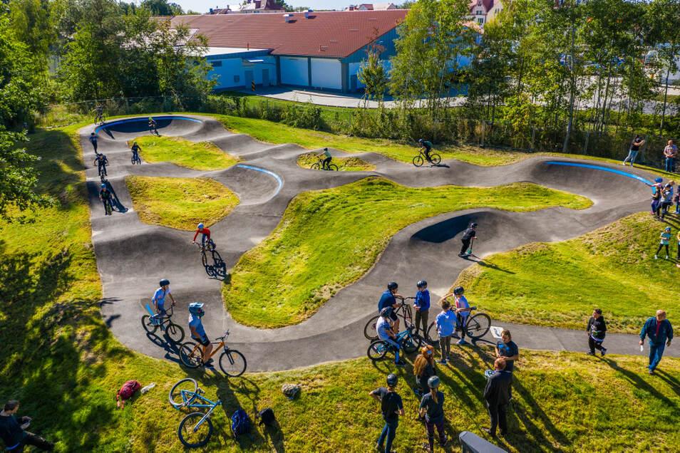 Die Kids auf ihren BMX-Rädern und Scootern stürmten die Anlage.