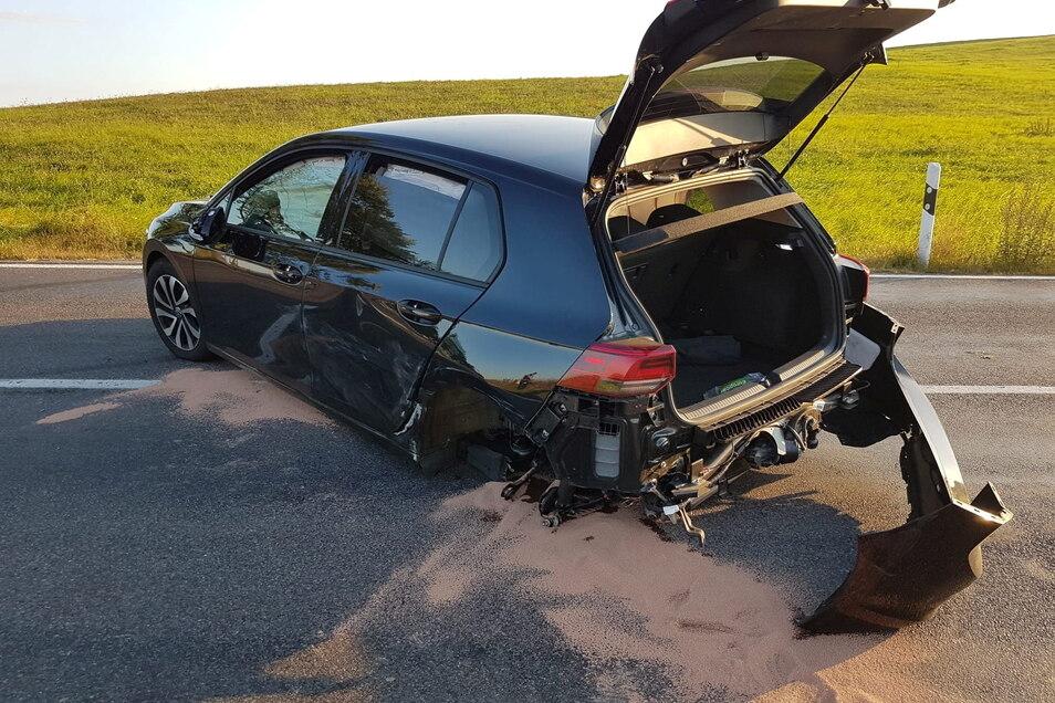 Eines der Unfallfahrzeuge mit demoliertem Heck.