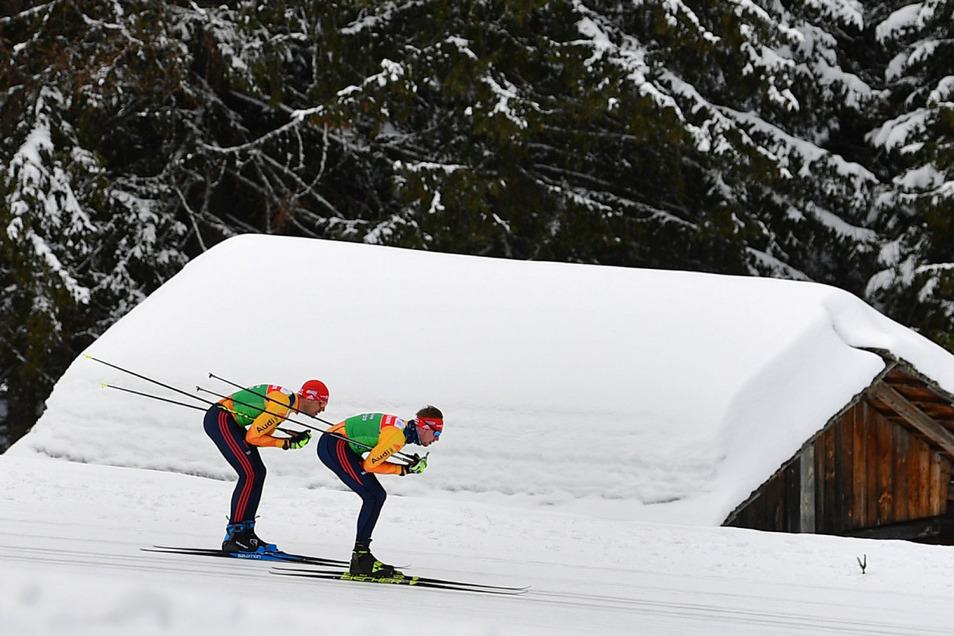 Arnd Peiffer (l.) und Johannes Kühn trainieren im verschneiten Antholz. In Italien findet die Biathlon-WM statt.