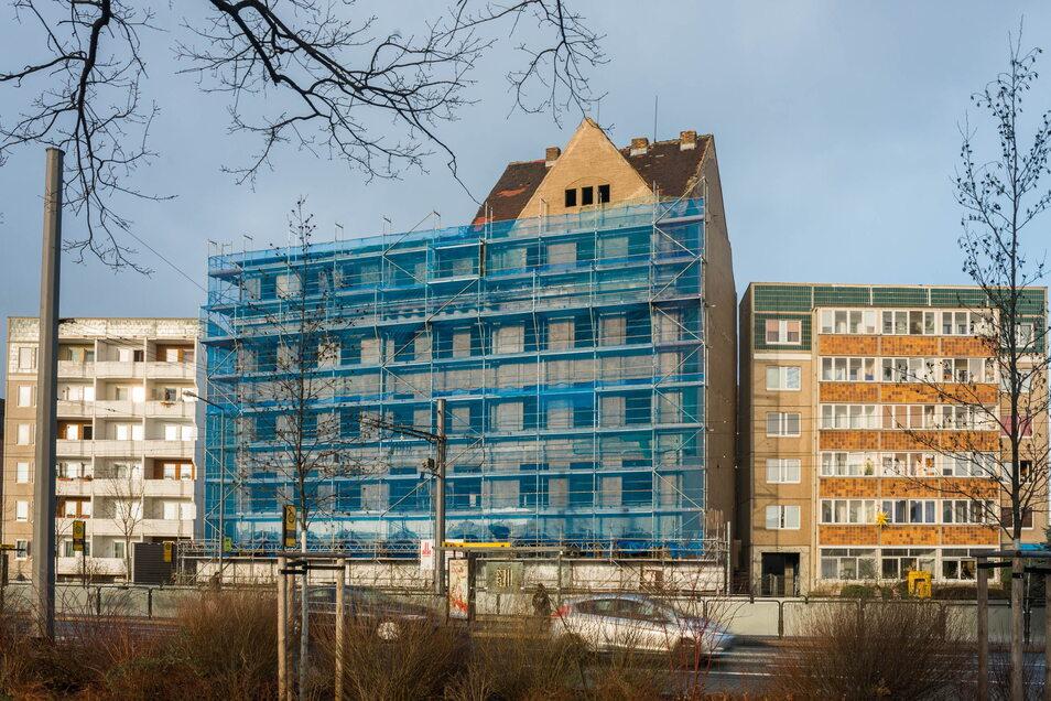 2015 wurde das Erlweinhaus eingerüstet, ein Jahr später sollte die Sanierung beginnen. Als ein Problem für die Baustellenzufahrt erwiesen sich die Plattenbauten, die direkt daneben errichtet worden waren.