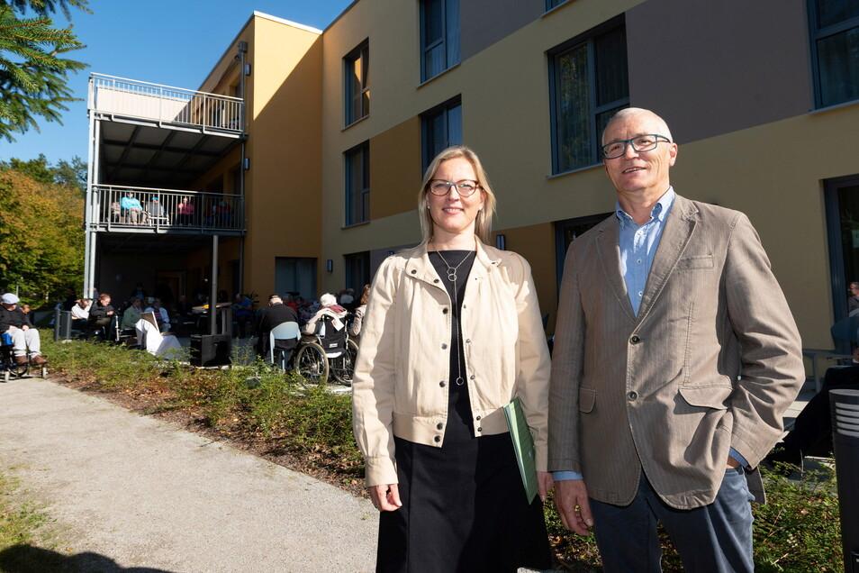 Geschäftsführerin Sandra Stöhr, Bereichsleiter Wohnen, Rudolf Nöller, sowie weitere Mitarbeiter und Bewohner des Epilepsiezentrums haben das Tannenhaus eingeweiht.