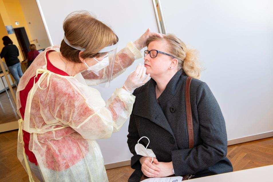Die frühere Kinderärztin Dr. Rosemarie Kandzia testet hier die Großenhainer Rathaussprecherin Diana Schulze. Freitag war Generalprobe für das Testzentrum, das am Montag für alle Bürger öffnet.