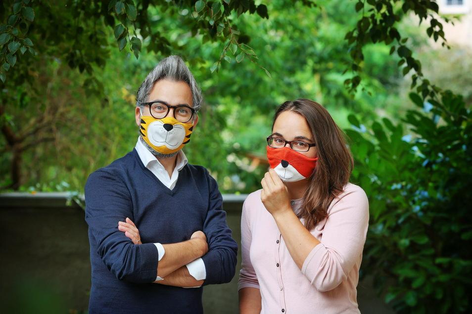 Fotograf Amac Garbe und Autorin Franziska Lange machen den Mund-Nasen-Schutz zum Kinderkostüm.