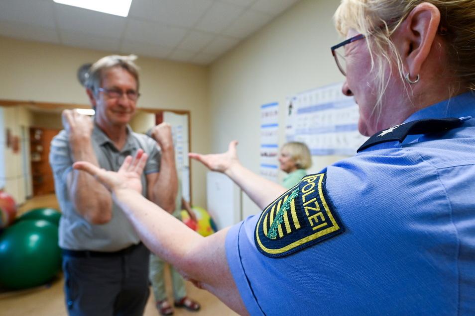 Polizistin Ramona Mertens demonstriert, wie man sich einem Angreifer widersetzt.