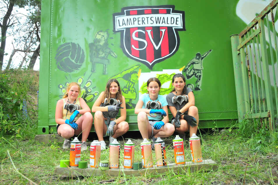 Amy Joline, Natalie, Antonia, Luisa (v. l.) von der Oberschule Schönfeld gehören zur Projektgruppe, die den Container am Rande des Lampertswalder Sportplatzes neu gestaltete.