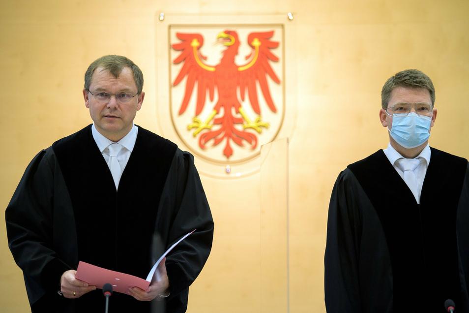 Markus Möller (l), Präsident des Brandenburger Verfassungsgerichtes, verkündet das Urteil über die Verfassungsbeschwerde gegen das vom Landtag beschlossene Paritätsgesetz.
