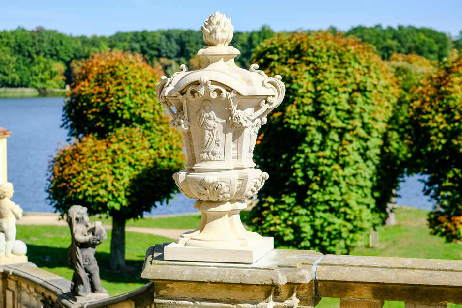Die besondere Vase mit Rosenblüten und figürlichen Reliefs ist die letzte der 110 Skulpturen auf der Moritzburger Schloss-Balustrade, die in den vergangenen vier Jahren saniert oder neu hergestellt wurde.