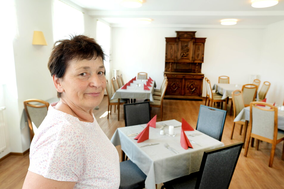 Gastwirtin Simone Eifler in einem der zwei Räume der Gaststätte zum Gütchen an der B96 in Mittelherwigsdorf. Die beliebte Gaststätte öffnet nun wieder.