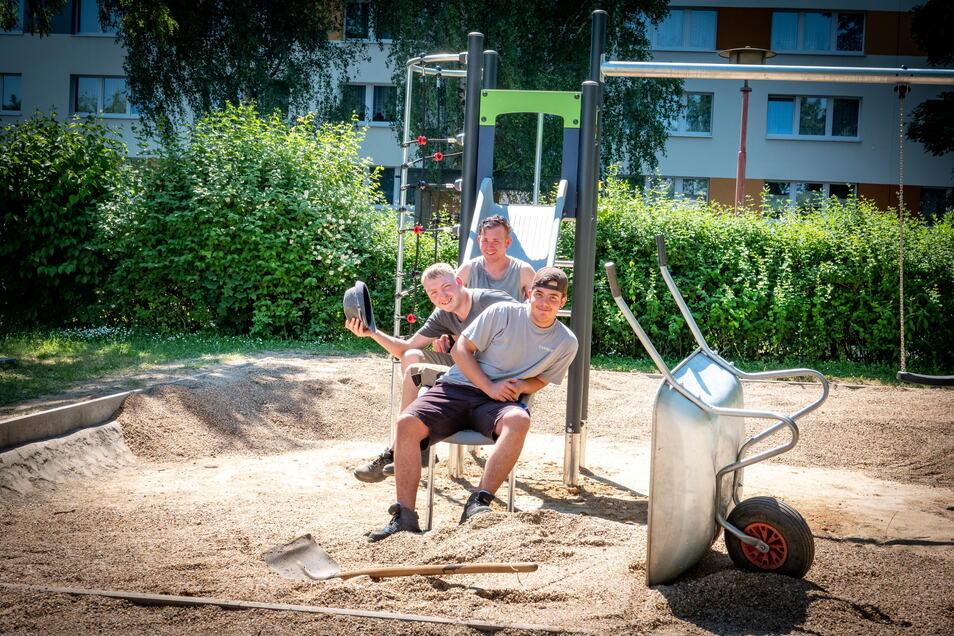 Kevin, Luca und Anton (von vorn) halfen mit, das Kiesbett der neuen Spielkombination an der Förderschule Lichtblick aufzufüllen.