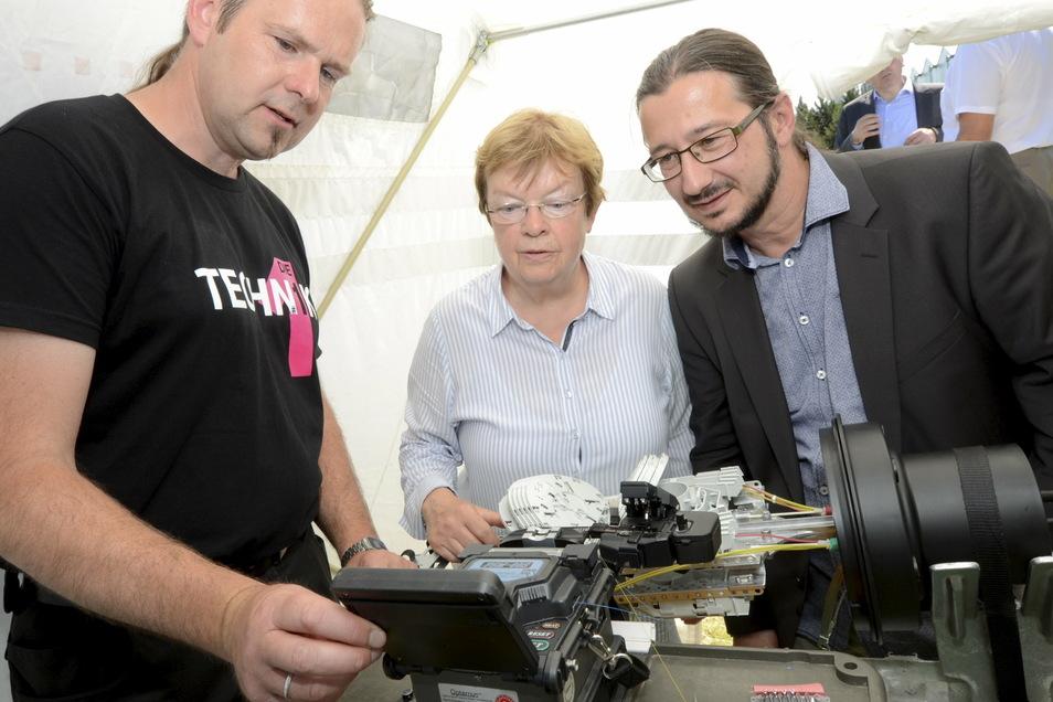 Schon 2017 konnte Thiendorfs Bürgermeister Mocker (r.) einen Baubeginn für schnelles Internet mitverfolgen. Hier mit pac-Chefin Martina Feindura und Frank Sparmann (PTI Dresden der Telekom).