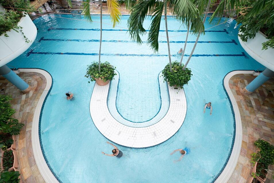 Badegäste schwimmen im Kurschwimmbecken des Kur- und Freizeitbades Riff in Bad Lausick. Die Bäder leiden besonders unter der Corona-Pandemie.