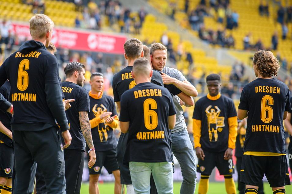 Seine nun ehemaligen Mitspieler, Trainer und Betreuer tragen ein T-Shirt mit seiner Nummer, seinem Namen und seinem Bild: Auch so wird Marco Hartmann für seine acht Jahre bei Dynamo gewürdigt.