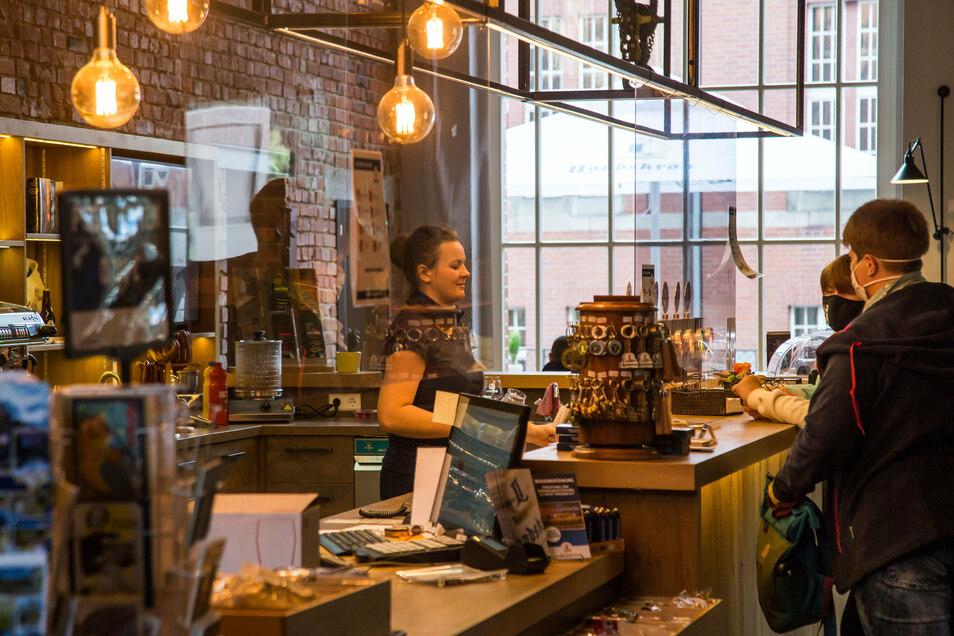 An der Theke gibt es nicht nur die Biere aus der Brauerei, sondern auch Kaffeespezialitäten und Gebäck von Bäckern aus der Region. Und natürlich Souvenirs.