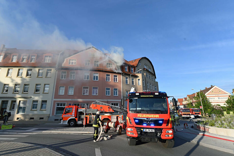 In einer Dachgeschosswohnung in einem Wohnhaus an der Schliebenstraße brach am Donnerstag ein Feuer aus. Für die Löscharbeiten wurde der Schliebenkreisel gesperrt.