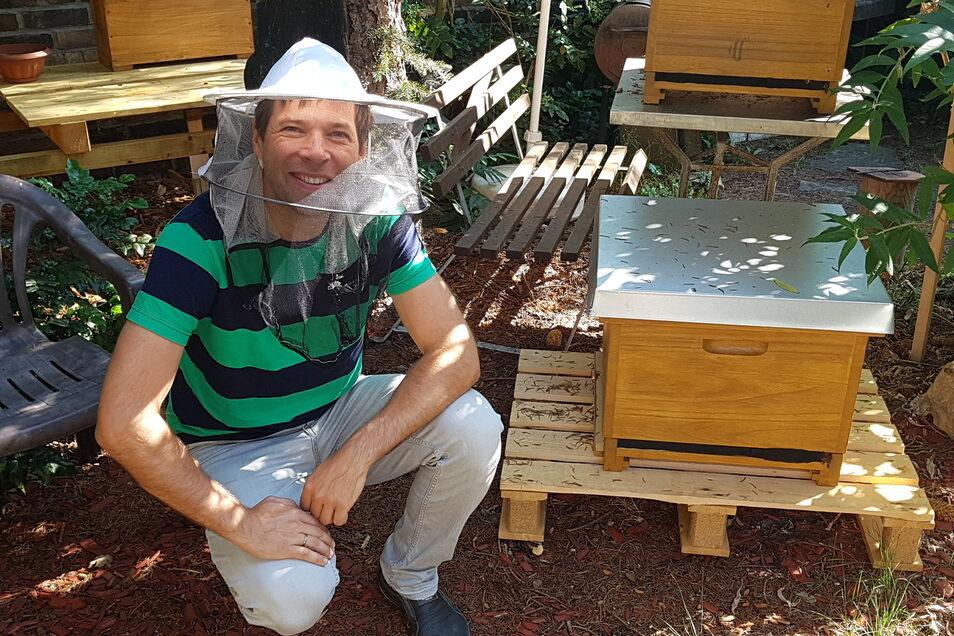 Den Imkerhut durfte SZ-Redakteur Henry Berndt nur fürs Foto aufsetzen. Den Bienen ist er in dieser Woche schutzlos ausgeliefert.