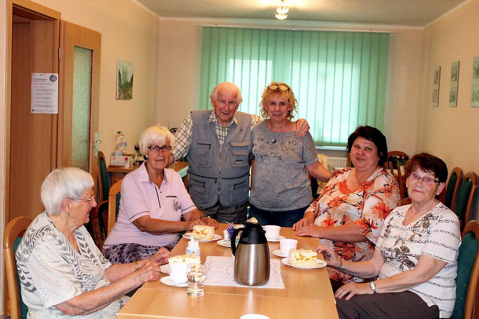 """Inge Roick (hinten rechts stehend) sind """"ihre"""" Omis und Opa Helmut Petrick in der Lautaer Nachbarschaftshilfe-Begegnungsstätte """"Stelldichein"""" ans Herz gewachsen."""