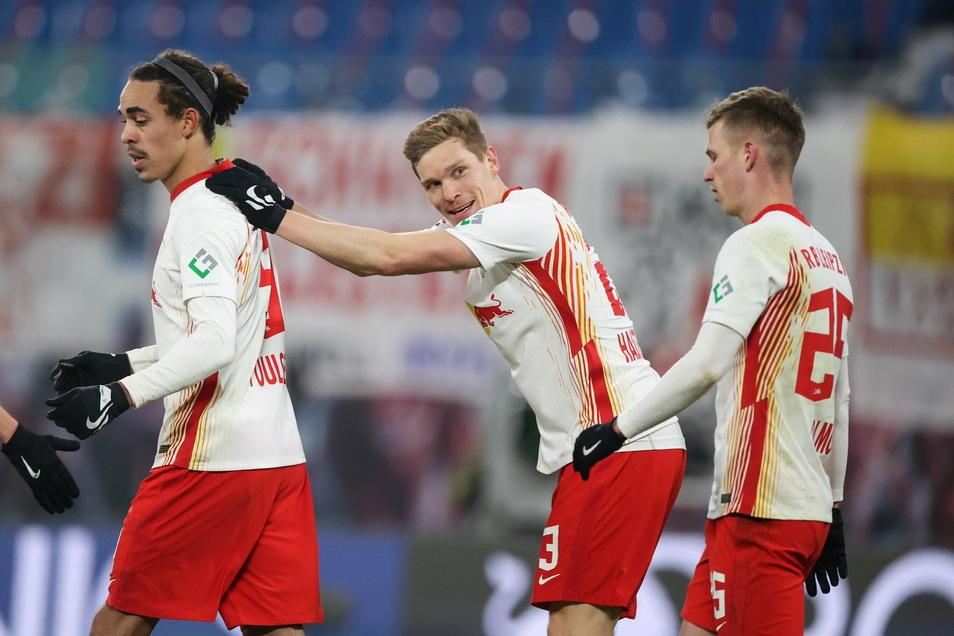 Dani Olmo (M.) ist erleichtert. Erst im zweiten Versuch versenkte der Spanier von RB Leipzig seinen Elfmeter zur Führung gegen Augsburg.