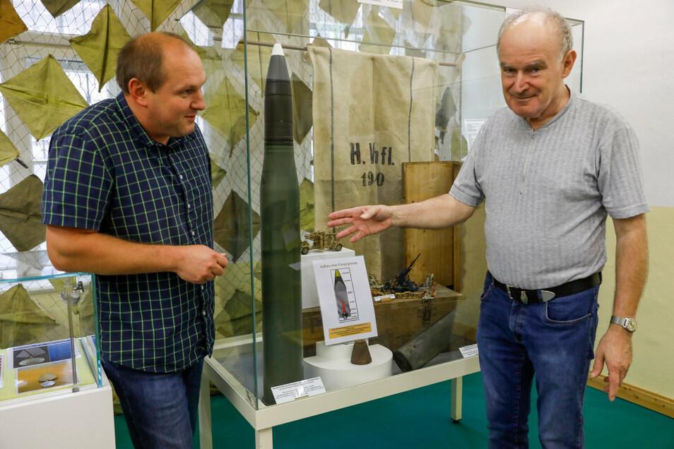 """Danilo Baumgarten (l.) und Gerhard Steglich vom Löbauer Garnison-Verein haben die Ausstellung """"75 Jahre Kriegsende in der Oberlausitz"""" organisiert."""