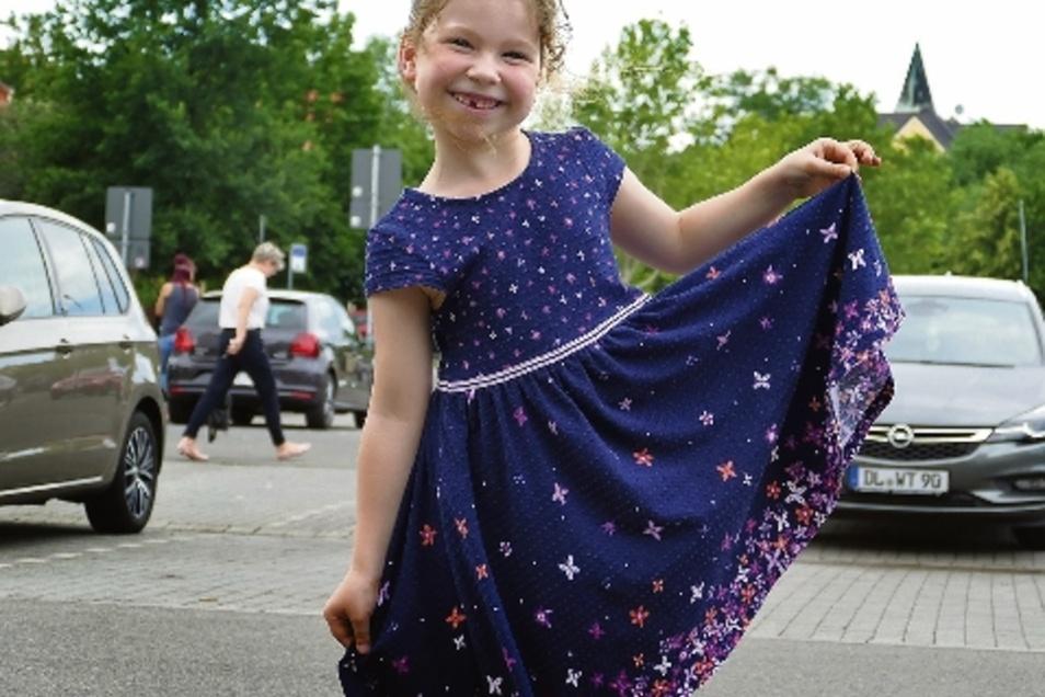 Mit ihrem locker schwingenden Kleidchen ist die siebenjährige Mia genau richtig bekleidet. Baumwollstoff ist die beste Wahl bei großer Hitze.