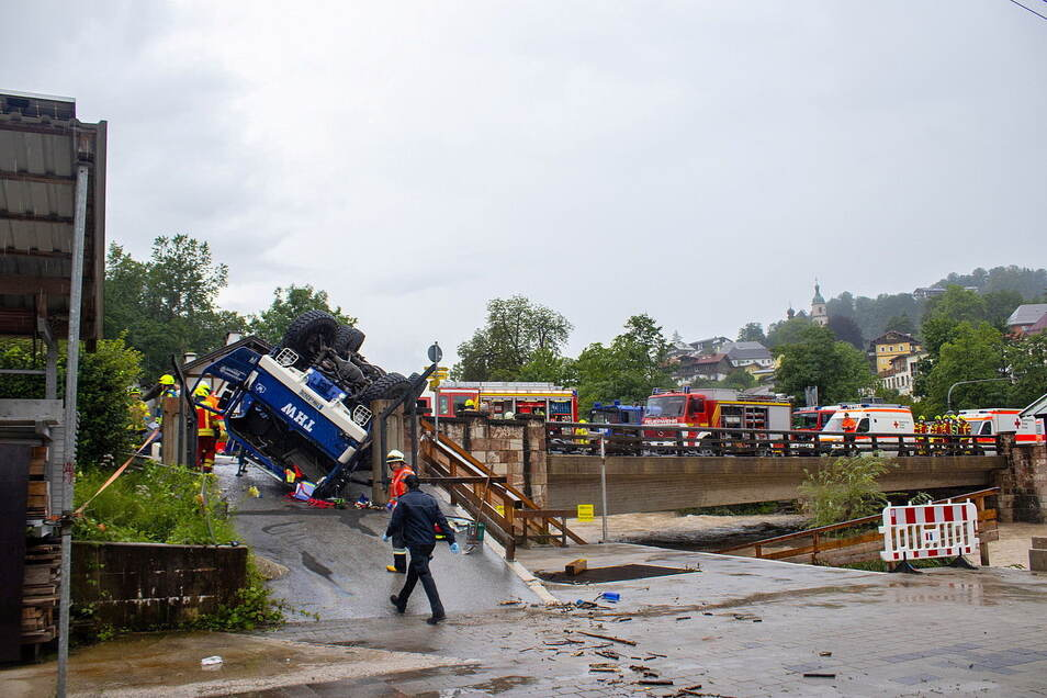 Helfer des Technischen Hilfswerks (THW) sind auf dem Weg zu einem Einsatz im Flutgebiet von Berchtesgaden verunglückt.