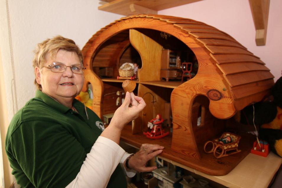 Nach der Corona-Pause zeigen Birgit Müller und die Mitstreiter vom Heimatverein Schrebitz jeden Sonntag Spielzeug aus DDR-Zeiten. Foto: Lars Halbauer