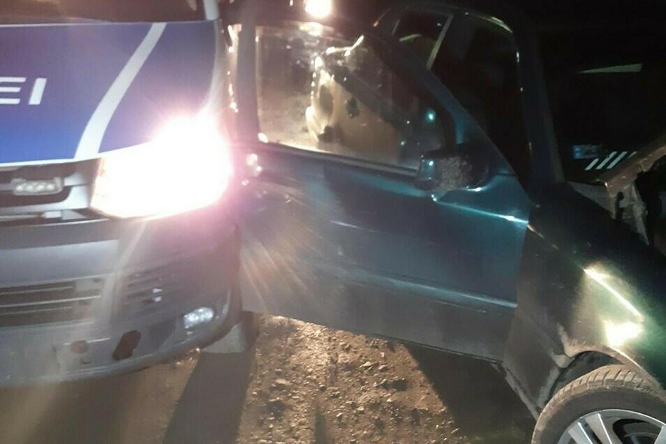 Der Mercedes touchierte den Polizeiwagen.