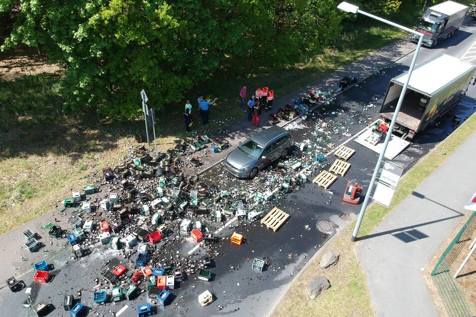 Palettenweise waren Getränkekisten aus dem Lkw auf die Straße gekippt.