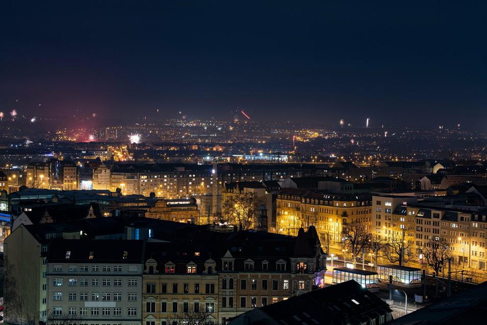 Deutlich weniger Feuerwerk explodiert in der Silvesternacht über der Dresdner Innenstadt. Die Stadt hatte ein Böllerverbot erlassen - an das sich offensichtlich einige nicht hielten.