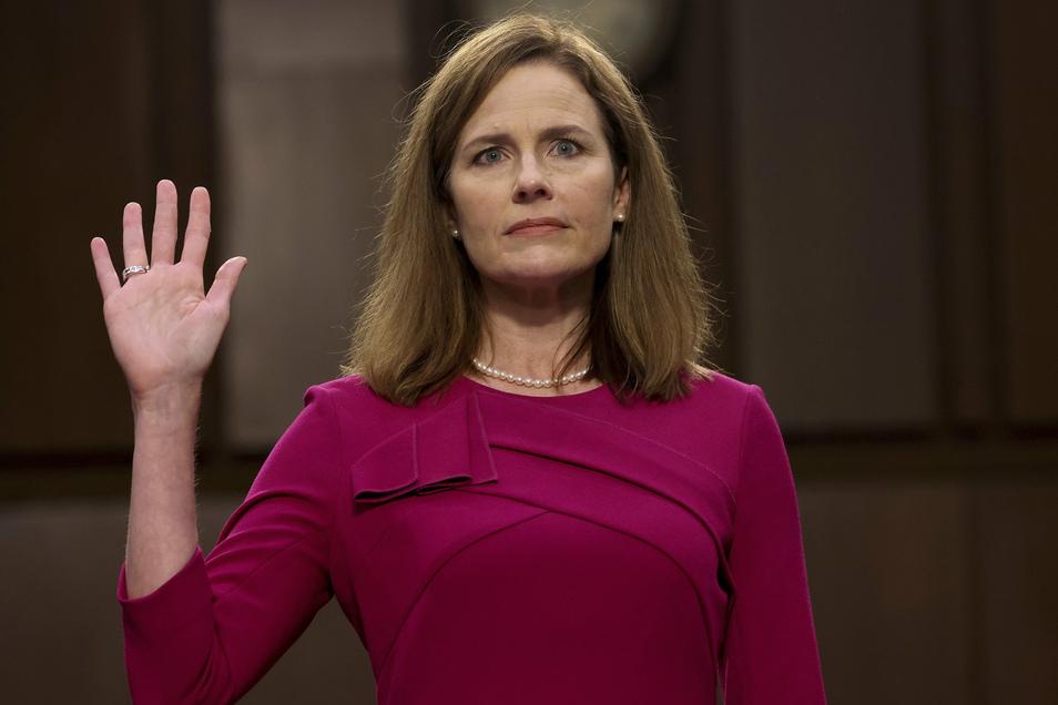 Amy Coney Barrett, Kandidatin für das Richteramt am Obersten Gericht der USA, wird bei einer Anhörung vor dem Justizausschuss des Senats auf dem Capitol Hill vereidigt.