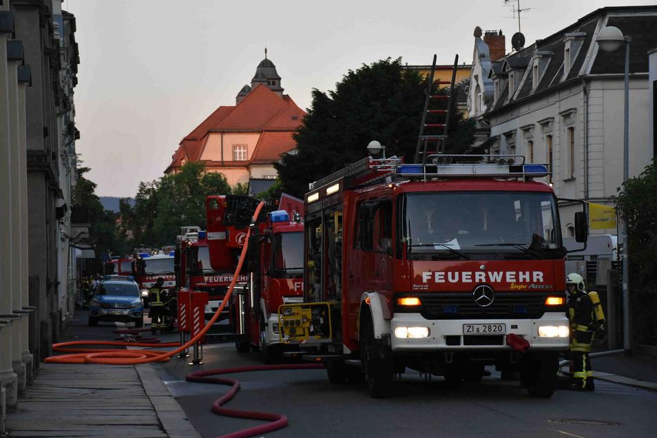 Die Feuerwehr im Einsatz auf der Lessingstraße in Zittau.