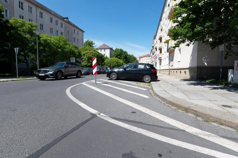 Die Kreuzung von Müller-Berset- und Laubestraße ist bereits mit einer Straßenmarkierung so eingeengt, dass der Bereich übersichtlicher für Rad- und Autofahrer ist.