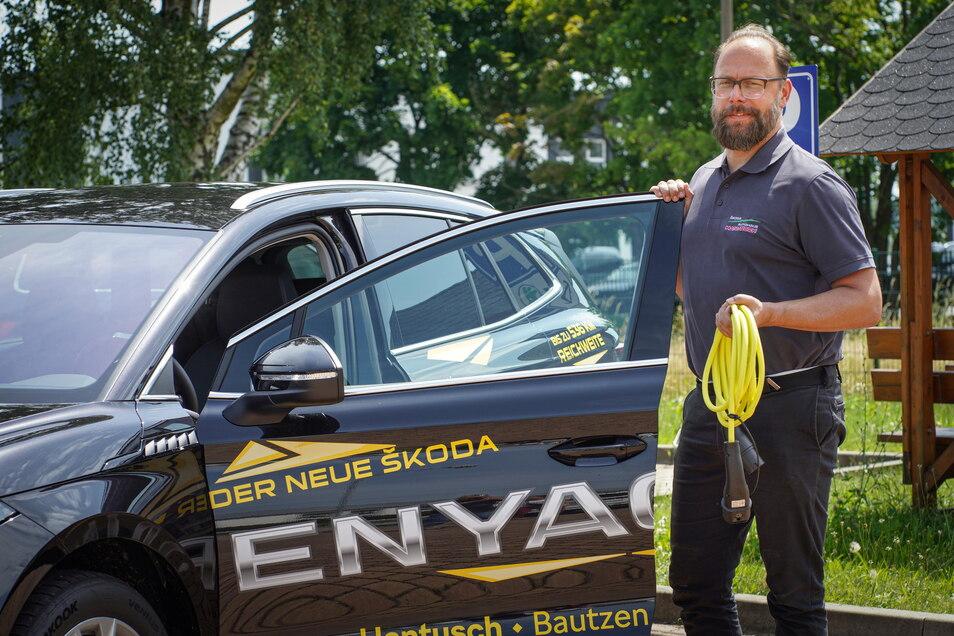 Daniel Gersten, Verkaufsberater beim Autohaus Hantusch, wundert sich, dass es in Bautzen so wenig E-Ladesäulen gibt. Vor allem Schnellladesäulen seien wichtig, findet er.