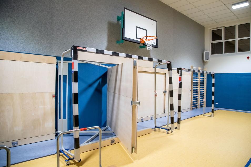 In der neuen Turnhalle in Kreba-Neudorf warten die Sportgeräte auf ihren Einsatz. Doch bisher tagt nur der Gemeinderat in der Halle.