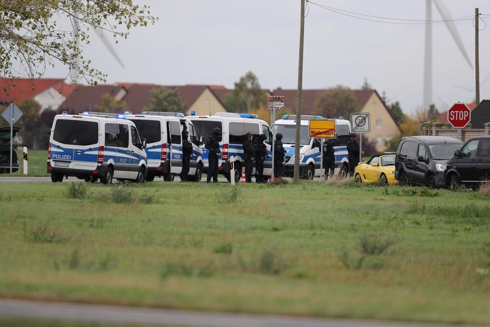 Auch in Landsberg, 15 Kilometer von Halle entfernt, sind Schüsse gefallen und Polizisten im Einsatz.