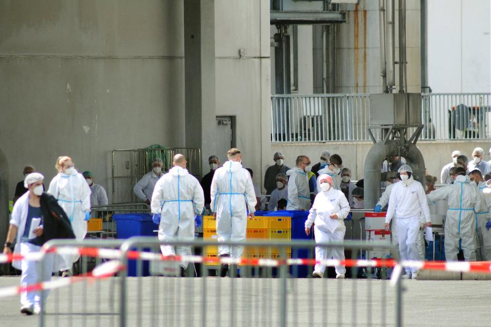 Soldaten der Bundeswehr helfen auf dem Betriebsgelände der Firma Tönnies bei einer Corona-Reihenuntersuchungen. Mehrere hundert Mitarbeiter des Betriebs hatten sich mit Covid-19 infiziert.