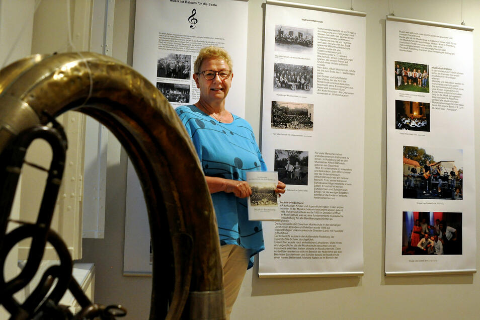 Christina Koch vom Kultur- und Heimatverein Radeburg hat die neue Sonderausstellung im Heimatmuseum gestaltet. Diese widmet sich den musikalischen Aktivitäten in der Zille-Stadt - früher und heute.