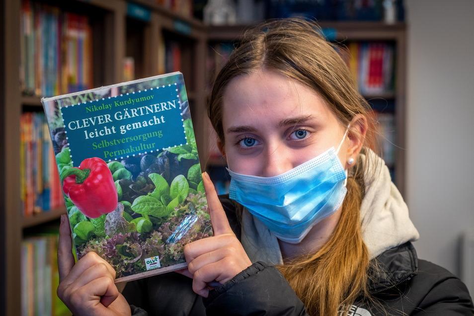 Paula Leipacher aus Niederlützschera holt in der Buchoase Döbeln ein Buch für ihren Vati ab. Sie freut sich sehr, dass die Buchläden wieder offen haben.