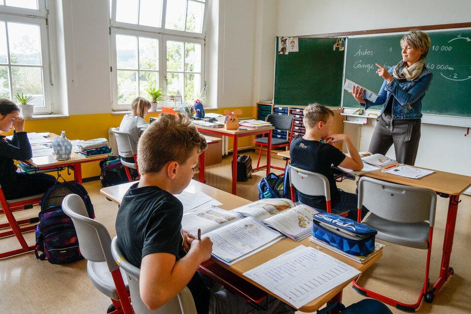 Katrin Kindermann ist eine der Lehrerinnen, die an der Pumphut-Grundschule in Wilthen Viertklässler unterrichten. Zurzeit bleibt jeder zweite Platz im Klassenzimmer leer.