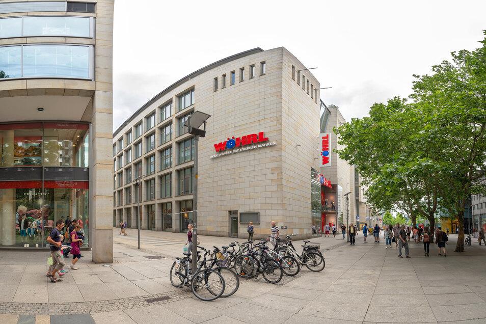 Markante Sandsteinfassade und hoher, schmaler Eingangsbereich: Das zeichnet die Wöhrl-Plaza auf der Prager Straße 8 aus.