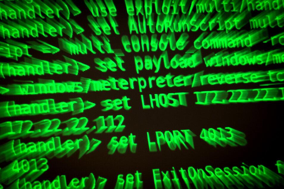 Mail-Angriffe mit einem Schadcode auf staatliche Stellen in Sachsen sind in den ersten sechs Monaten dieses Jahres auf gut 9.500 zurückgegangen.