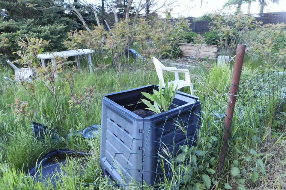 Der schiefe, rostige und defekte Zaun zeugt wie die umgeworfenen Gartenmöbel und die von Unkraut überwucherte Beete davon, dass dieser Garten in der Straße der Freundschaft in Weißkeißel nicht mehr genutzt oder nicht gepflegt wird. Derartige Brachen