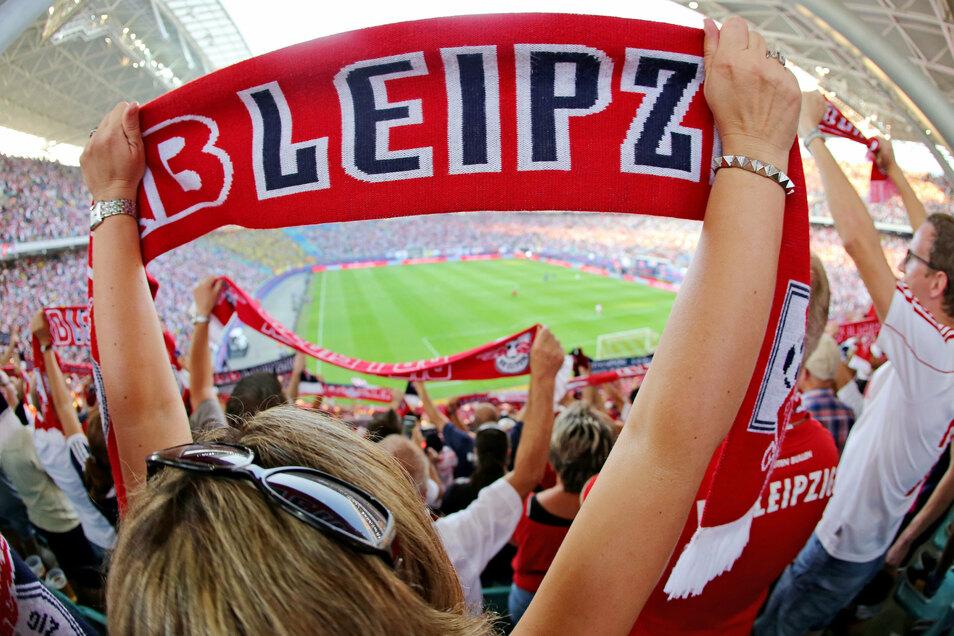 So dicht beieinander stehen die Fans von RB gegen Mainz nicht. Doch sie dürfen wieder ins Stadion.