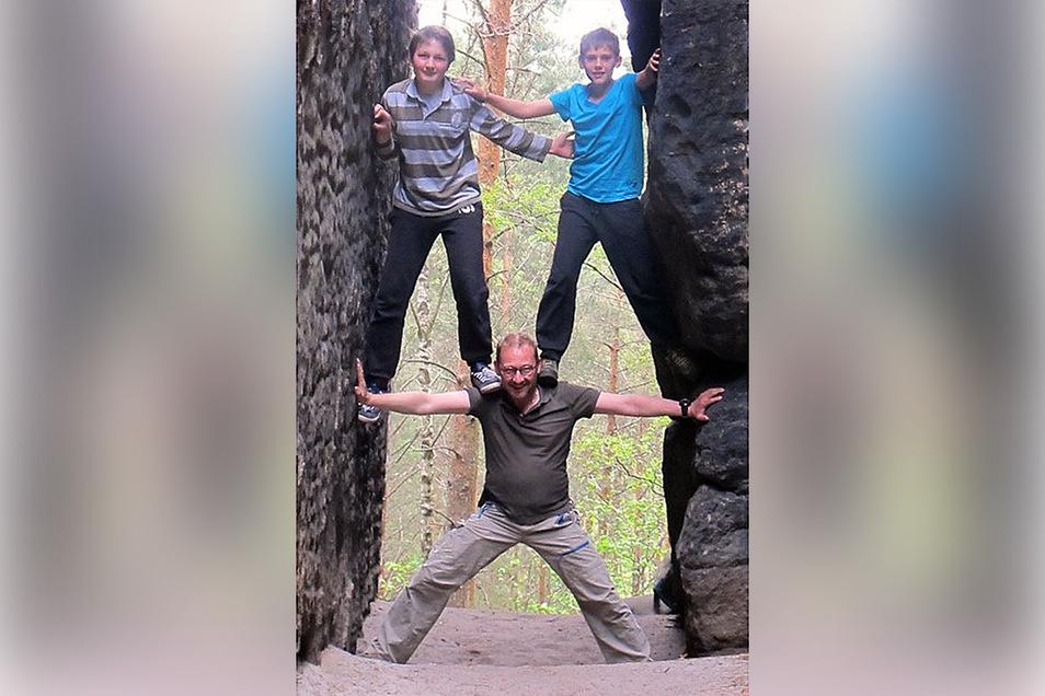Marcus Diedrich, der heute in Hamburg wohnt, kommt immer noch jedes Jahr ins Elbsandsteingebirge, hier 2016 mit Sohn Paul (r.) und Kumpel Lenny am Rauenstein.