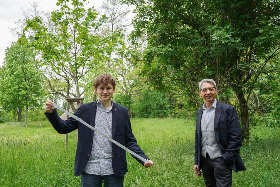 Jonas Löschau (l.) und Claus Gruhl von den Grünen wünschen sich mehr Schutz für Bäume in Bautzen - auch für solche, die einen geringeren Stammumfang haben als einen Meter.