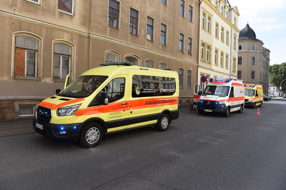 Mehrere Rettungs- und Krankenwagen kamen an die Unfallstelle, um die zwei Verletzten zu versorgen.