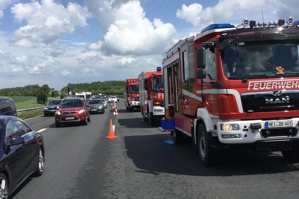 Die Feuerwehr sperrte zwei Spuren der Autobahn und nahm ausgelaufene Betriebsmittel auf.